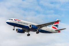 LONDRES, ANGLETERRE - 22 AOÛT 2016 : Atterrissage de G-EUYL British Airways Airbus A320 dans l'aéroport de Heathrow, Londres Image stock