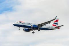 LONDRES, ANGLETERRE - 22 AOÛT 2016 : Atterrissage de G-EUYO British Airways Airbus A320 dans l'aéroport de Heathrow, Londres Images libres de droits