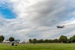 LONDRES, ANGLETERRE - 22 AOÛT 2016 : Atterrissage de G-EUYO British Airways Airbus A320 dans l'aéroport de Heathrow, Londres Photo libre de droits