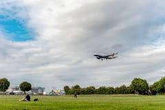 LONDRES, ANGLETERRE - 22 AOÛT 2016 : Atterrissage de G-EUYO British Airways Airbus A320 dans l'aéroport de Heathrow, Londres Photos stock