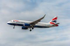 LONDRES, ANGLETERRE - 22 AOÛT 2016 : Atterrissage de G-EUYR British Airways Airbus A320 dans l'aéroport de Heathrow, Londres Photographie stock