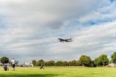 LONDRES, ANGLETERRE - 22 AOÛT 2016 : Atterrissage de G-EUYR British Airways Airbus A320 dans l'aéroport de Heathrow, Londres Photos stock
