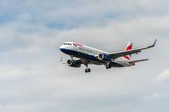 LONDRES, ANGLETERRE - 22 AOÛT 2016 : Atterrissage de G-EUYR British Airways Airbus A320 dans l'aéroport de Heathrow, Londres Image stock