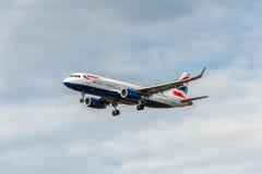 LONDRES, ANGLETERRE - 22 AOÛT 2016 : Atterrissage de G-EUYR British Airways Airbus A320 dans l'aéroport de Heathrow, Londres Image libre de droits