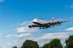 LONDRES, ANGLETERRE - 22 AOÛT 2016 : Atterrissage de G-XLEJ British Airways Airbus A380 dans l'aéroport de Heathrow, Londres Photo libre de droits
