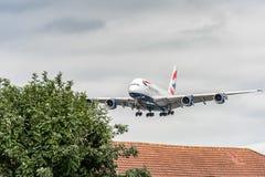 LONDRES, ANGLETERRE - 22 AOÛT 2016 : Atterrissage de G-XLEK British Airways Airbus A380 dans l'aéroport de Heathrow, Londres Images stock