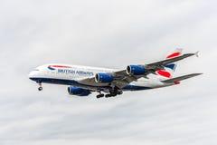 LONDRES, ANGLETERRE - 22 AOÛT 2016 : Atterrissage de G-XLEK British Airways Airbus A380 dans l'aéroport de Heathrow, Londres Photos libres de droits