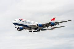 LONDRES, ANGLETERRE - 22 AOÛT 2016 : Atterrissage de G-XLEK British Airways Airbus A380 dans l'aéroport de Heathrow, Londres Images libres de droits