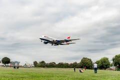 LONDRES, ANGLETERRE - 22 AOÛT 2016 : Atterrissage de G-XLEK British Airways Airbus A380 dans l'aéroport de Heathrow, Londres Image stock