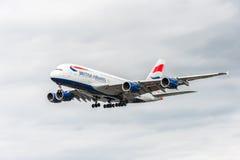 LONDRES, ANGLETERRE - 22 AOÛT 2016 : Atterrissage de G-XLEK British Airways Airbus A380 dans l'aéroport de Heathrow, Londres Photo stock