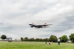 LONDRES, ANGLETERRE - 22 AOÛT 2016 : Atterrissage de G-XLEK British Airways Airbus A380 dans l'aéroport de Heathrow, Londres Photographie stock libre de droits