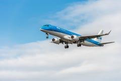 LONDRES, ANGLETERRE - 22 AOÛT 2016 : Atterrissage de PH-EZI KLM Cityhopper Embraer ERJ-190 dans l'aéroport de Heathrow, Londres Photos stock