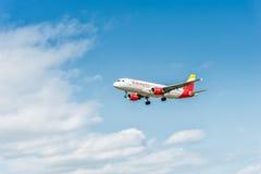 LONDRES, ANGLETERRE - 22 AOÛT 2016 : Atterrissage exprès d'EC-JFH Ibérie Airbus A320 dans l'aéroport de Heathrow, Londres Photos libres de droits