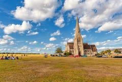 LONDRES, ANGLETERRE - 21 AOÛT 2016 : Blackheath avec tous les saints Parc de Greenwich avec le ciel bleu nuageux et l'herbe verte Photos libres de droits