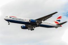 LONDRES, ANGLETERRE - 22 AOÛT 2016 : G-BZHA British Airways Boeing 767 débarquant dans l'aéroport de Heathrow, Londres Photos libres de droits