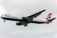 LONDRES, ANGLETERRE - 22 AOÛT 2016 : G-BZHA British Airways Boeing 767 débarquant dans l'aéroport de Heathrow, Londres Photos stock