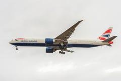 LONDRES, ANGLETERRE - 22 AOÛT 2016 : G-STBA British Airways Boeing 777 débarquant dans l'aéroport de Heathrow, Londres Image stock