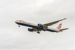 LONDRES, ANGLETERRE - 22 AOÛT 2016 : G-STBA British Airways Boeing 777 débarquant dans l'aéroport de Heathrow, Londres Photos stock