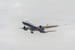 LONDRES, ANGLETERRE - 22 AOÛT 2016 : G-STBI British Airways Boeing 777 débarquant dans l'aéroport de Heathrow, Londres Photographie stock libre de droits