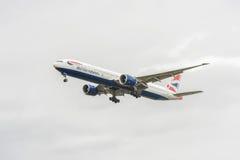 LONDRES, ANGLETERRE - 22 AOÛT 2016 : G-STBI British Airways Boeing 777 débarquant dans l'aéroport de Heathrow, Londres Images stock