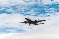 LONDRES, ANGLETERRE - 22 AOÛT 2016 : G-VIID British Airways Boeing 777 débarquant dans l'aéroport de Heathrow, Londres Images libres de droits