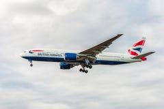 LONDRES, ANGLETERRE - 22 AOÛT 2016 : G-YMME British Airways Boeing 777 débarquant dans l'aéroport de Heathrow, Londres Photos stock
