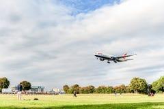 LONDRES, ANGLETERRE - 22 AOÛT 2016 : G-YMMI British Airways Boeing 777 débarquant dans l'aéroport de Heathrow, Londres Photographie stock