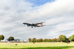 LONDRES, ANGLETERRE - 22 AOÛT 2016 : G-YMMI British Airways Boeing 777 débarquant dans l'aéroport de Heathrow, Londres Image libre de droits