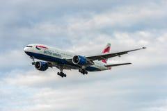 LONDRES, ANGLETERRE - 22 AOÛT 2016 : G-ZZZB British Airways Boeing 777 débarquant dans l'aéroport de Heathrow, Londres Photos libres de droits