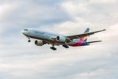 LONDRES, ANGLETERRE - 22 AOÛT 2016 : HL8284 Asiana Airlines Boeing 777 débarquant dans l'aéroport de Heathrow, Londres Images libres de droits