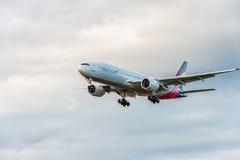 LONDRES, ANGLETERRE - 22 AOÛT 2016 : HL8284 Asiana Airlines Boeing 777 débarquant dans l'aéroport de Heathrow, Londres Image stock