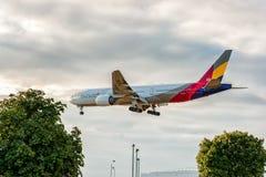 LONDRES, ANGLETERRE - 22 AOÛT 2016 : HL8284 Asiana Airlines Boeing 777 débarquant dans l'aéroport de Heathrow, Londres Photographie stock libre de droits