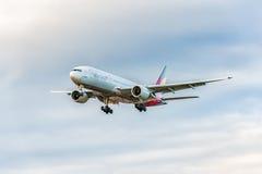 LONDRES, ANGLETERRE - 22 AOÛT 2016 : HL8284 Asiana Airlines Boeing 777 débarquant dans l'aéroport de Heathrow, Londres Photo libre de droits