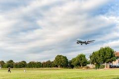 LONDRES, ANGLETERRE - 22 AOÛT 2016 : HL8284 Asiana Airlines Boeing 777 débarquant dans l'aéroport de Heathrow, Londres Photographie stock