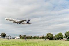 LONDRES, ANGLETERRE - 22 AOÛT 2016 : HZ-AK21 Saudi Arabian Airlines Boeing 777 débarquant dans l'aéroport de Heathrow, Londres Images libres de droits