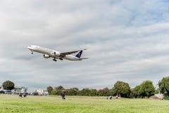 LONDRES, ANGLETERRE - 22 AOÛT 2016 : HZ-AK21 Saudi Arabian Airlines Boeing 777 débarquant dans l'aéroport de Heathrow, Londres Image stock