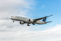 LONDRES, ANGLETERRE - 22 AOÛT 2016 : HZ-AK21 Saudi Arabian Airlines Boeing 777 débarquant dans l'aéroport de Heathrow, Londres Photographie stock libre de droits