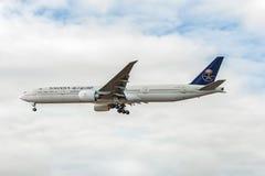 LONDRES, ANGLETERRE - 22 AOÛT 2016 : HZ-AK21 Saudi Arabian Airlines Boeing 777 débarquant dans l'aéroport de Heathrow, Londres Image libre de droits