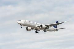 LONDRES, ANGLETERRE - 22 AOÛT 2016 : HZ-AK21 Saudi Arabian Airlines Boeing 777 débarquant dans l'aéroport de Heathrow, Londres Photographie stock