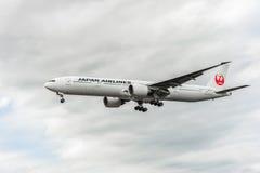 LONDRES, ANGLETERRE - 22 AOÛT 2016 : JA731J Japan Airlines Boeing 777 débarquant dans l'aéroport de Heathrow, Londres Images libres de droits