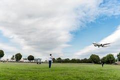 LONDRES, ANGLETERRE - 22 AOÛT 2016 : JA731J Japan Airlines Boeing 777 débarquant dans l'aéroport de Heathrow, Londres Photo stock