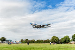 LONDRES, ANGLETERRE - 22 AOÛT 2016 : 9K-ADE Kuwait Airways Boeing 747 débarquant dans l'aéroport de Heathrow Image stock