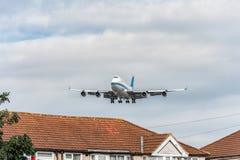 LONDRES, ANGLETERRE - 22 AOÛT 2016 : 9K-ADE Kuwait Airways Boeing 747 débarquant dans l'aéroport de Heathrow Photographie stock libre de droits