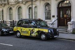 LONDRES, ANGLETERRE - 2 AOÛT 2015 : Le taxi de Londres a également appelé la cabine noire à Londres centrale photographie stock