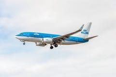 LONDRES, ANGLETERRE - 22 AOÛT 2016 : Lignes aériennes Boeing 737 de PH-BGX KLM débarquant dans l'aéroport de Heathrow, Londres Photographie stock