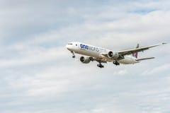 LONDRES, ANGLETERRE - 22 AOÛT 2016 : Livrée Boeing 777 d'A7-BAB Qatar Airways Oneworld débarquant dans l'aéroport de Heathrow, Lo Image stock