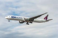 LONDRES, ANGLETERRE - 22 AOÛT 2016 : Livrée Boeing 777 d'A7-BAB Qatar Airways Oneworld débarquant dans l'aéroport de Heathrow, Lo Photos stock