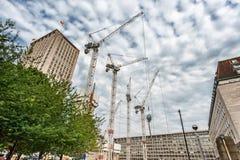 LONDRES, ANGLETERRE - 18 AOÛT 2016 : Londres du centre avec la région de personnes et de construction Shell Centre à l'arrière-pl Photographie stock libre de droits