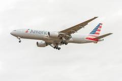 LONDRES, ANGLETERRE - 22 AOÛT 2016 : N795AN American Airlines Boeing 777 débarquant dans l'aéroport de Heathrow, Londres Image stock