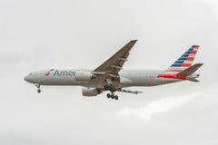LONDRES, ANGLETERRE - 22 AOÛT 2016 : N795AN American Airlines Boeing 777 débarquant dans l'aéroport de Heathrow, Londres Image libre de droits